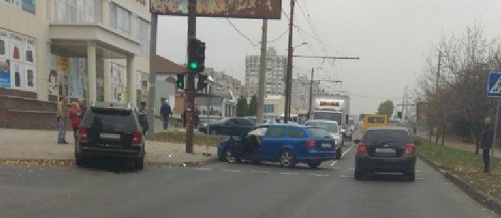 Прямо на школьном светофоре: В Донецке произошло ДТП (Фото)