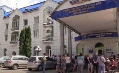 «Не отбиваться от группы»: В «ДНР» показали, как людей из Донецка возят в РФ за паспортами (Фото)