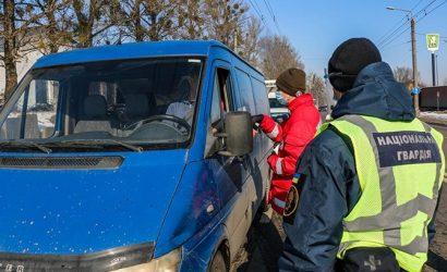 Нацгвардейцы дежурят на блокпостах Прикарпатья и на территории мобильного «ковид»-госпиталя