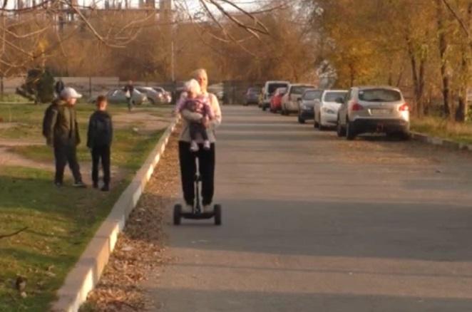 «Супербабушка» из Запорожья рассказала, почему вынуждена ездить на гироскутере