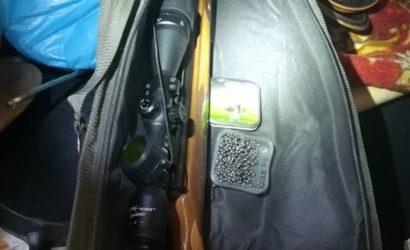 Винтовка, патроны, электрошокер и оптический прицел: На КПВВ прибывают вооруженные люди
