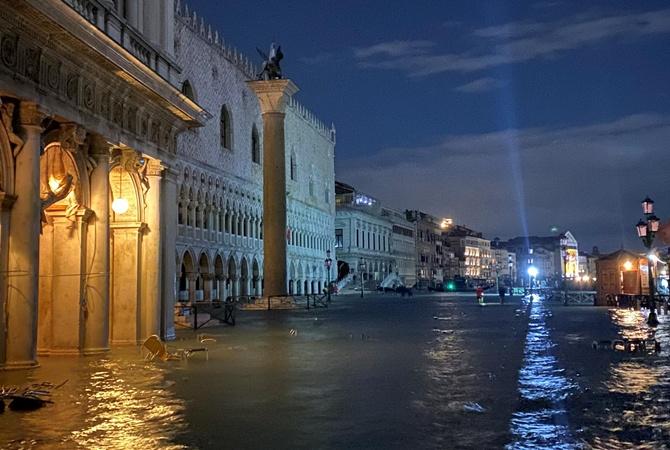 Венецию затопило: вода залила даже главную площадь города