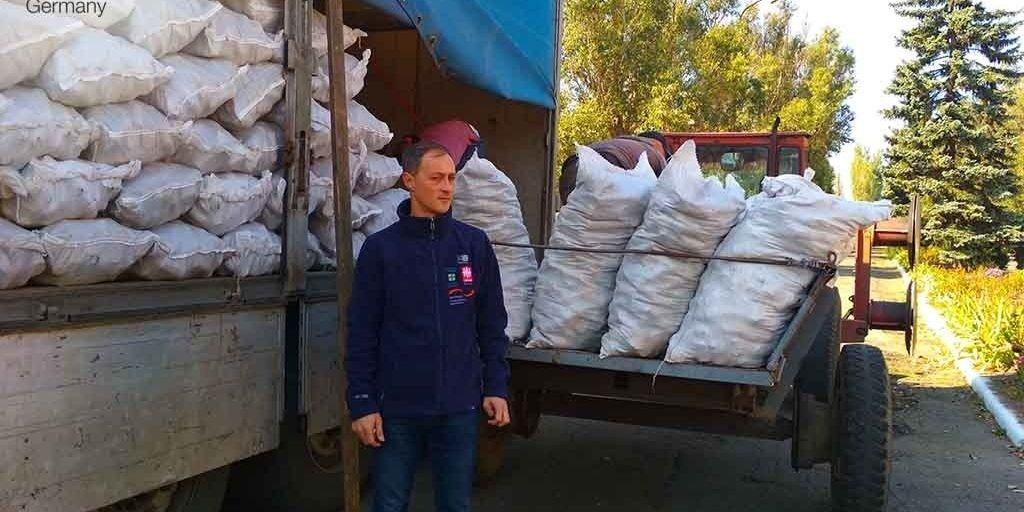 Донетчина: Жителям сел на линии разграничения «Каритас» привез топливные брикеты