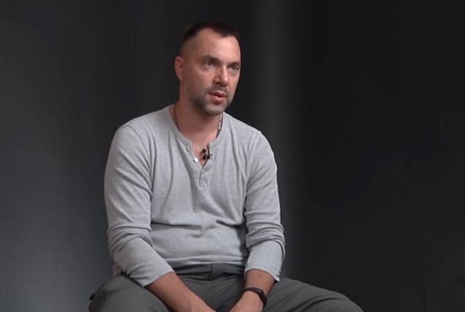 Аваков призвал властей «гнать» Арестовича, который четыре года назад назвал АТО «курортом для мальчиков»