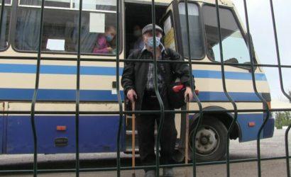 «Ощадбанк» и интернет работают: Правозащитник рассказал, как проходят КПВВ «Новотроицкое» люди без смартфонов