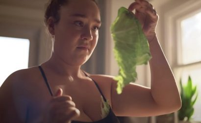 Во время премии «Золотой глобус» показали откровенную рекламу о трудностях кормления грудью