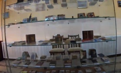 Книга-пылинка и пословица на волосе: В Горловке показали Музей миниатюрной книги (Фото)