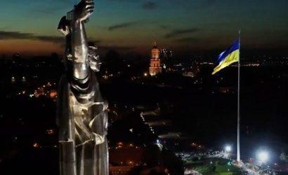 В Киеве самый большой флаг Украины приспустили из-за ветра и нагрузки на верхушку флагштока
