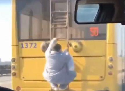 В сети показали, как ездят киевляне на троллейбусах во время карантина