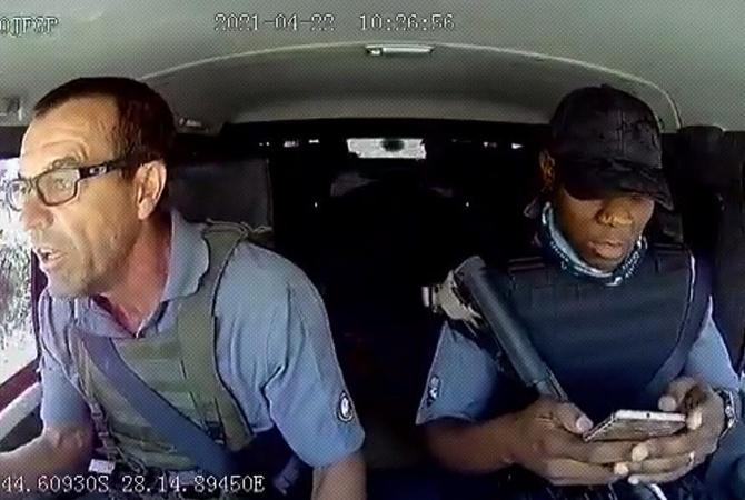 Водитель из ЮАР хладнокровно отбился от обстрела авто и стал звездой соцсетей