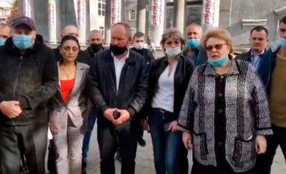 Неразбериха с бюллетенями: В Новогродовке митингуют избиратели (Видео)