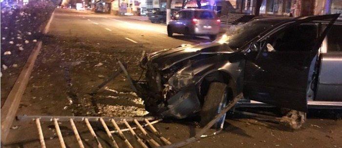 В Луганске автомобиль на большой скорости вылетел с дороги (Фото)