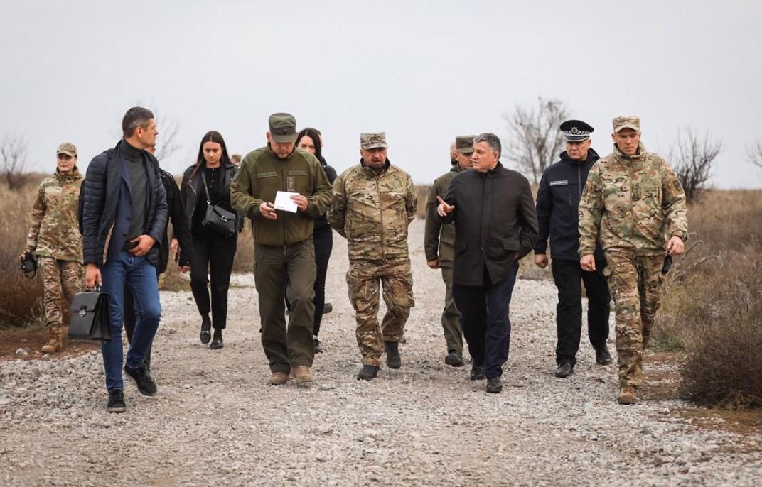 Аваков ездил в Мариуполь поддержать «Азов»