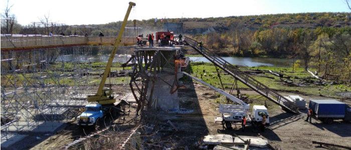 Ремонт моста у Станицы Луганской: Продолжается демонтаж разрушенной части (Фото)
