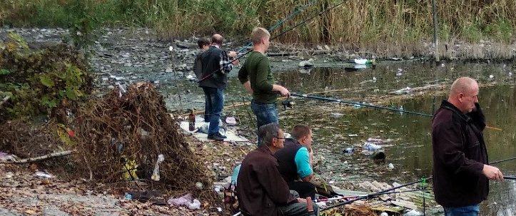 В Макеевке показали, как ловят рыбу среди мусора (Фото)