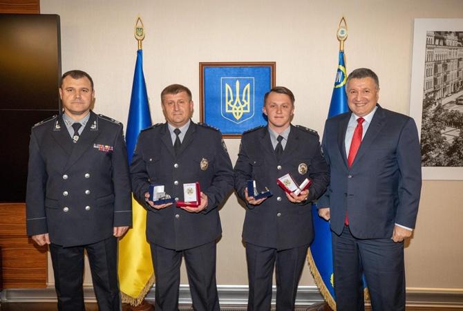 Аваков наградил полицейских, которые нашли похищенного волонтеркой ребенка