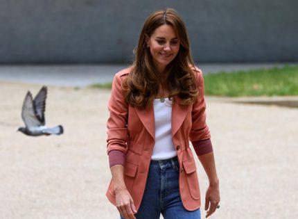 Кейт Миддлтон скомбинировала жакет от Chloé с джинсами и кроссовками