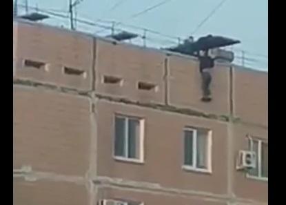 В Запорожье подружки в последний момент спасли девочку, сорвавшуюся с крыши девятиэтажки