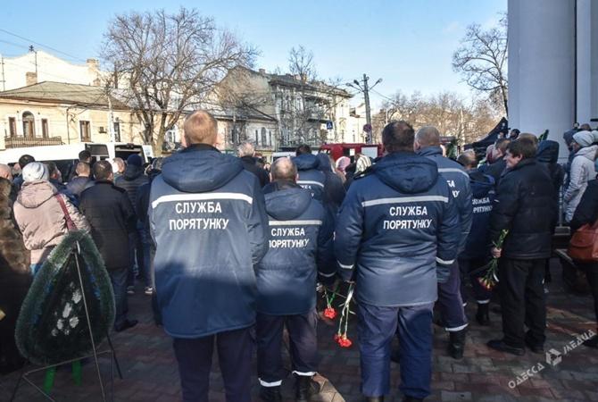 В Одессе попрощались с погибших во время тушения пожара в колледже спасателем