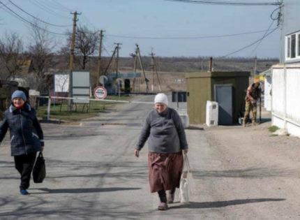 Пограничники меряют жителям температуру: Как живут возле КПВВ «Гнутово» во время карантина
