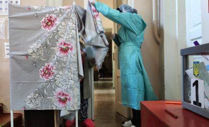 Кабинки – на стойках для капельниц: Как голосовали в «коронавирусной» больнице Бахмута (Фото)