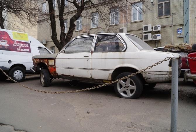 В Киеве коммунальщикам разрешили убирать с дорог брошенные машины