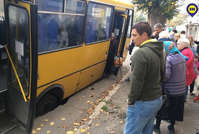 В Одесской области маршрутка с людьми во время движения провалилась под землю