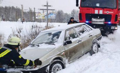 Заложники непогоды: На Донетчине и Луганщине в снежных заносах застряли «скорая», грузовик и около десятка автомобилей (Фото)