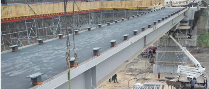 На мосту у КПВВ «Станица Луганская» устанавливают перильное ограждение (Фото)