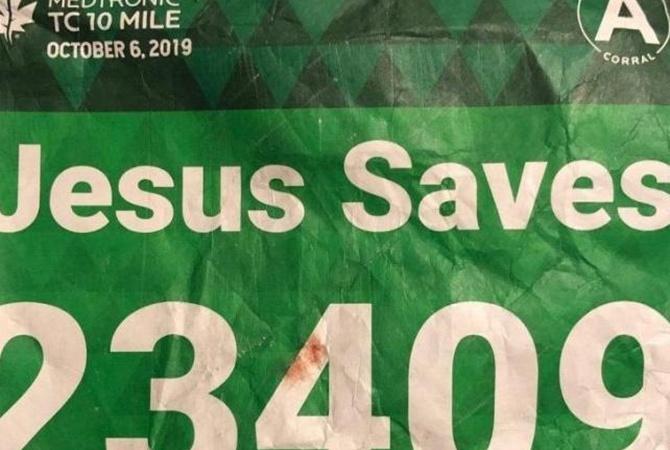 Бегун вместо имени написал на футболке «Иисус спасает». И его спас от смерти соперник по имени Иисус