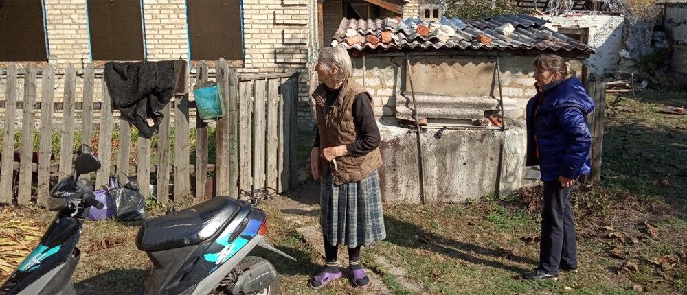Трижды попадала под обстрелы: Как соцработники обслуживают стариков в «красной зоне» Марьинки (Фото)