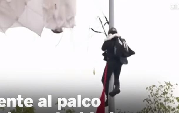 На параде в Испании парашютист повис на фонарном столбе