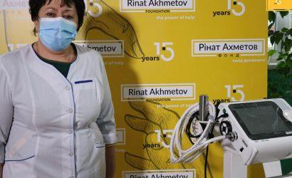 Фонд Рината Ахметова передал аппарат ИВЛ больнице в Черкасской области