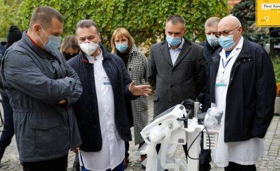 Медики Днепра получили аппараты ИВЛ от Фонда Рината Ахметова и ДТЭК