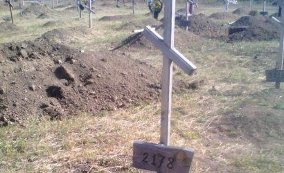 Погибшие мирные люди Донбасса: могилы находят в огородах и клумбах