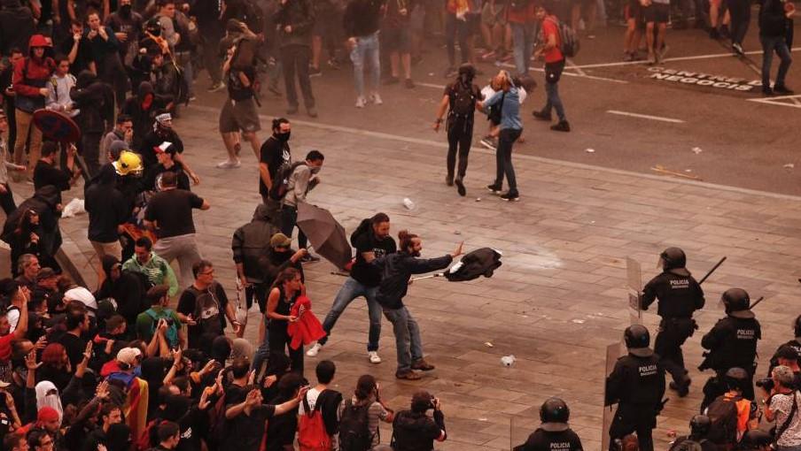 Из-за столкновений в аэропорту Барселоны пострадали 56 человек