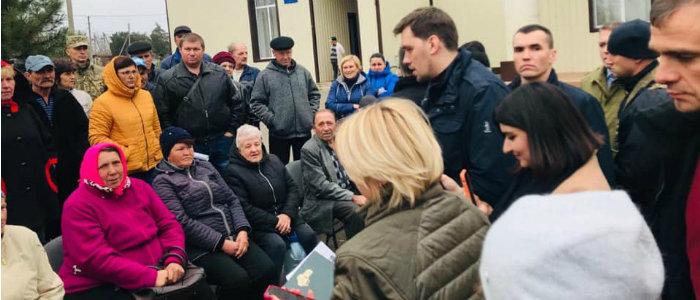 Донетчина: Жители села на линии разграничения пожаловались на проблемы премьер-министру и главе МинВВОТ