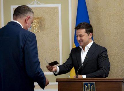 Зеленский вручил служебное удостоверение новому главе Службы внешней разведки