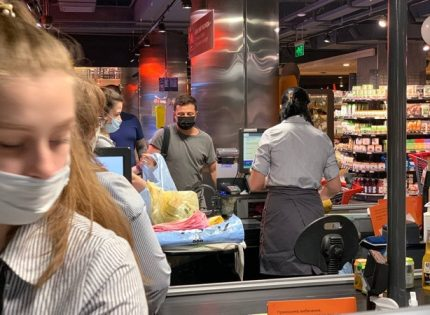 Владимира Зеленского снова сфотографировали в киевском супермаркете