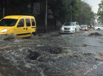 В Одессе ищут мужчину, которого потоки воды носили по улицам