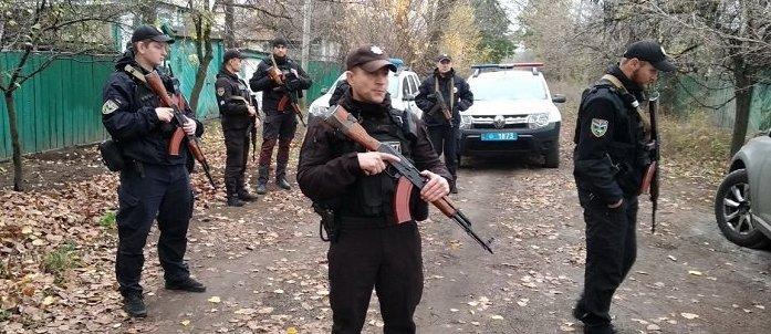 В Золотое к ветеранам прибыли вооруженные полицейские (Фото)