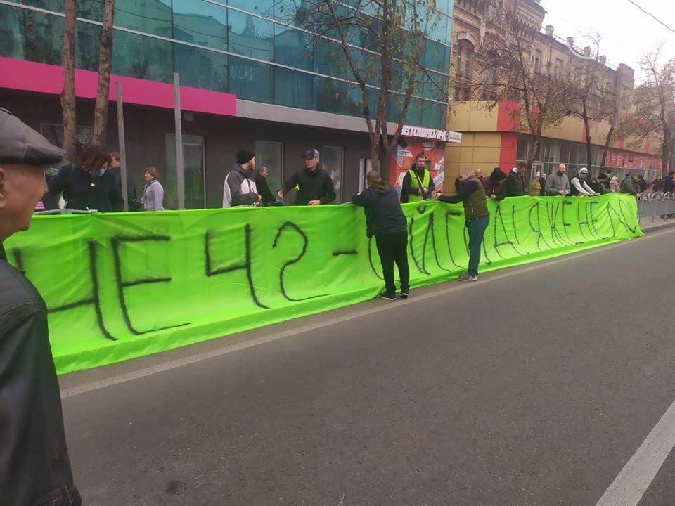 Зеленского встретили в Мариуполе песней «Я не лох»