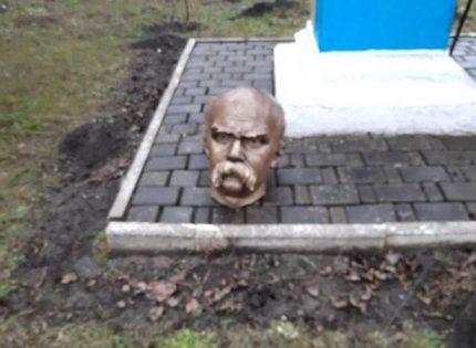 На Прикарпатье полиция нашла двоих хулиганов, которые отрезали голову памятнику Тарасу Шевченко
