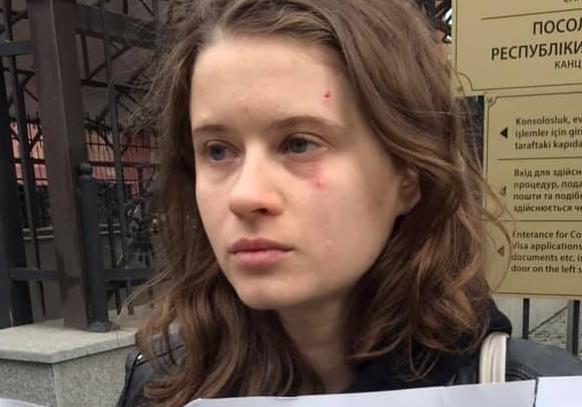 Правозащитница сообщила о нападении на девушку у посольства Турции
