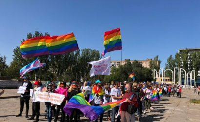 В Запорожье впервые прошла ЛГБТ-акция, на ней сыграли три «свадьбы»