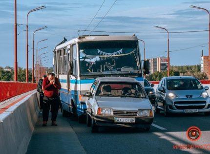В Днепре столкнулись два автобуса и легковушка