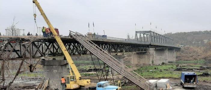 У Станицы Луганской продолжается демонтаж поврежденной части моста (Фото)