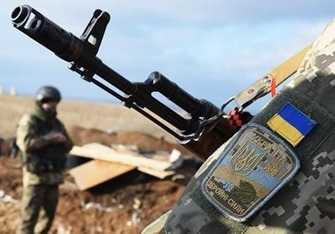 На Донбассе украинские позиции обстреляли из запрещенного вооружения, погиб военный