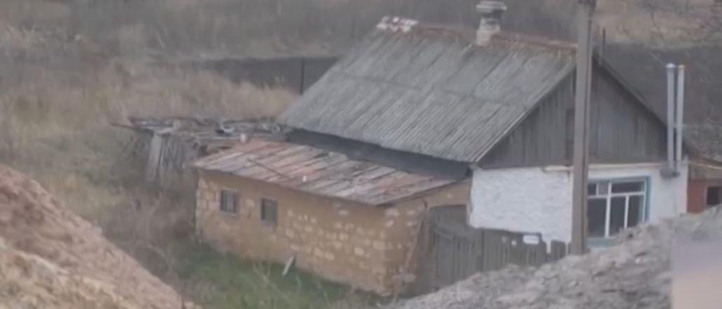 На Луганщине поселок Мирная Долина уходит под землю (Видео)