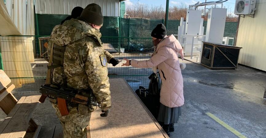 Пограничники рассказали, сколько людей пересекли КПВВ «Новотроицкое»